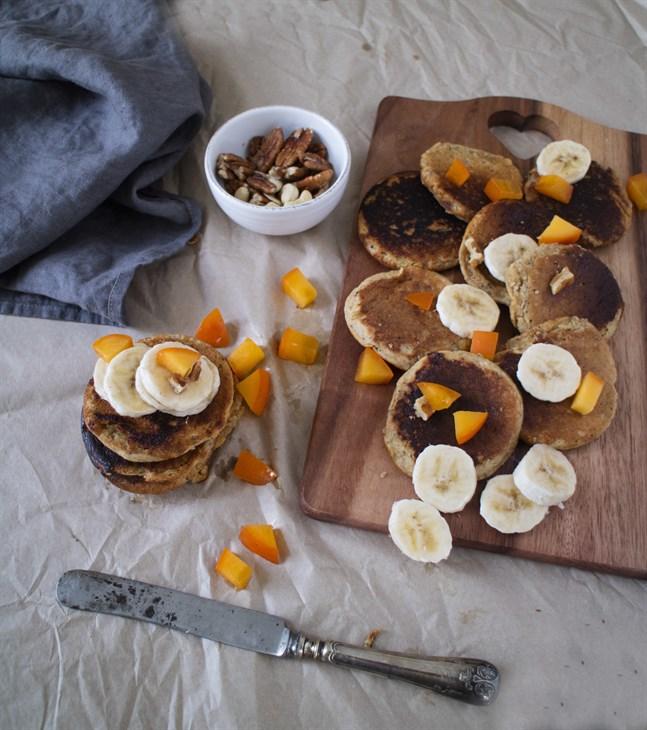 Tillred plättar utan gluten genom att byta ut vetemjölet mot havre- och mandelmjöl.