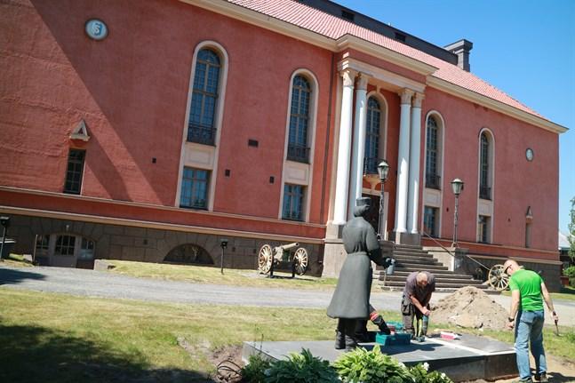 Här ska den stå. På söndag får Lottastatyn vid Skyddskårhuset sällskap av en ny staty.