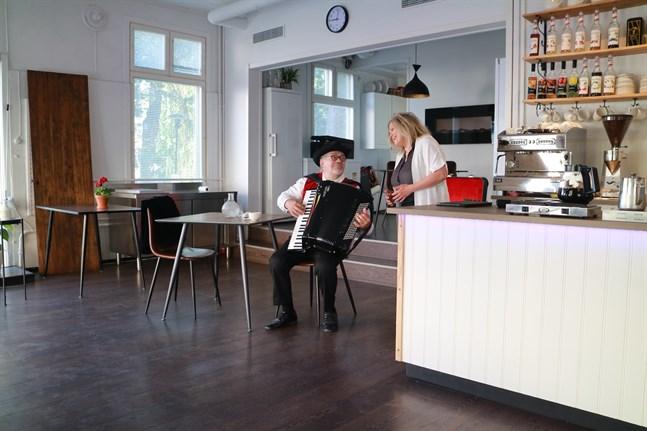 Gamla Calle Alf Mylläri och Sonja Biskop bjöd på en smakbit av den sång man kan få njuta av under allsången.