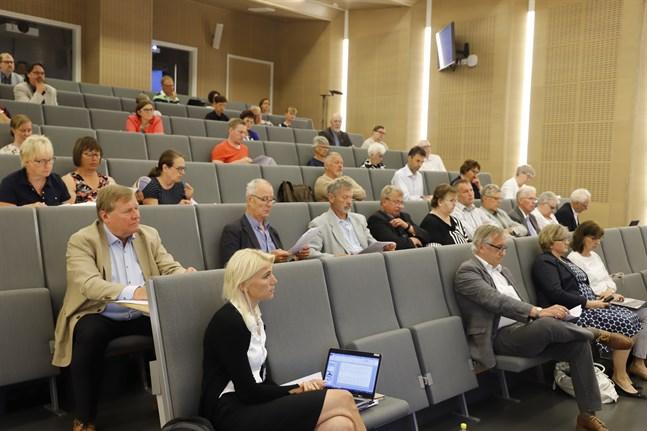 Vasa sjukvårdsdistrikts fullmäktige har samlats till möte. Närmast Marina Kinnunen, vårddirektör.