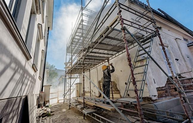 På måndagen sandblästrades den gamla fasaden på museets byggnad mot Storgatan, kallad Lilla byggnaden.