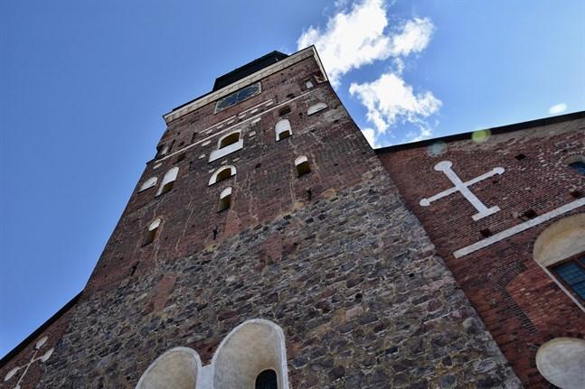 En del av Domkyrkotorget vid Åbo domkyrka och den bredvidliggande parken förvandlas till ett uteserveringsområde nästa vecka.