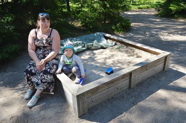 Emmi Lund tycker inte att det känns riktigt tryggt att ta med sonen till bostadsområdets lilla lekpark sedan hon hittade glassplitter i sandlådan.