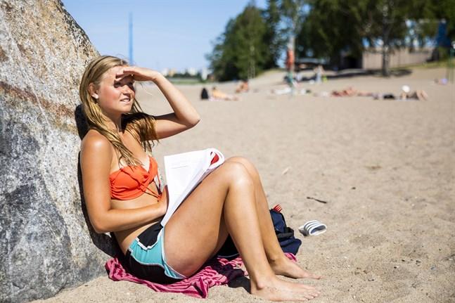 Alexandra Lindholm använder en solkräm med skyddsfaktor mellan 20 och 30 när hon solar.