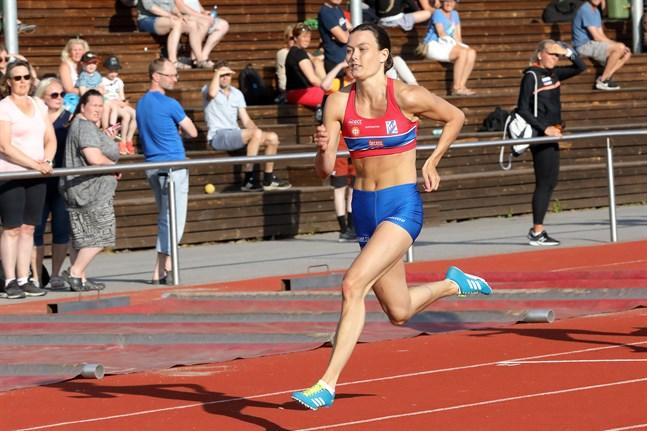 Alina Strömberg, Larsmo IF, sprintade hem segern på 100 meter i värmen i Bennäs.