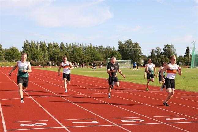 Christoffer Envall (till höger) vinner här 100 meter före Alexander Björkgren (bana 8) och Albin Lundberg (bana 5) för en dryg månad sedan.