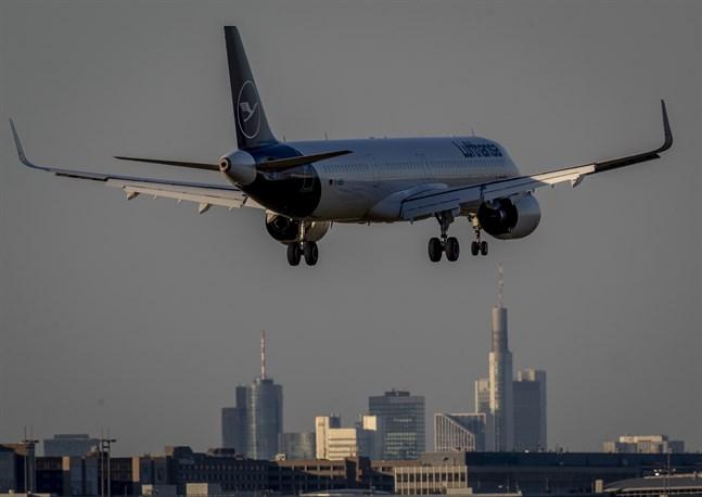 Ett flygplan på väg in för landning i tyska Frankfurt. Arkivfoto.