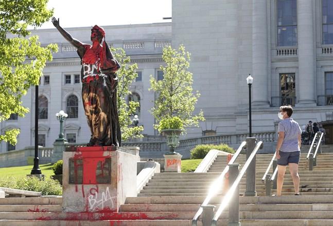 """Flera statyer har vandaliserats eller rivits ned i Madison, Wisconsin, under protesterna mot polisvåld och rasism. Här har """"Forward""""-statyn målats och en staty av norskamerikanen Hans Christian Heg revs under tisdagen ned och slängdes i en sjö.. Arkivbild."""