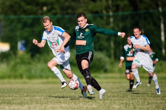 Jens Nygård tog plats i öppningselvan då Kraft nollade Sundom IF. Här jagar han hemmalagets Alexander Kronholm.