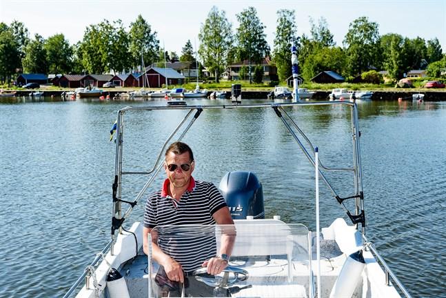 Mikael Hagman rör sig vant på sjön och har själv inga problem att ta i land med sin speciella båt från Mexiko. Men han vet flera med lite mer djupgående båtar som inte lyckats.
