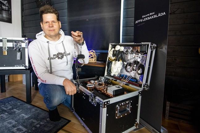 Jonny Björkström hyr ut Escape-boxar som han själv planerat och plockat ihop.