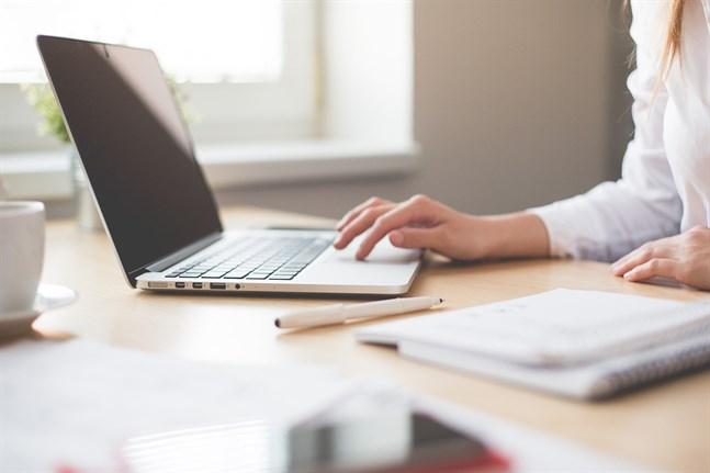 Allmänna arbetslöshetskassan YTK hoppas att de lättade coronarestriktionerna ska resultera i att antalet ansökningar om fortsatt dagpenning ska minska under sommaren.