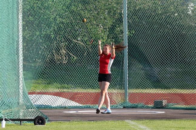 Åsarnas juniorkastare Charlotta Sandkulla fick den fyra kilogram tunga damsläggan att flyga 47,16 meter i Bennäs i tisdags.
