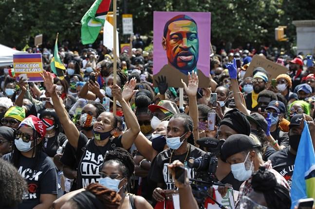 Människor protesterar mot rasism i New York i USA den 14 juni.