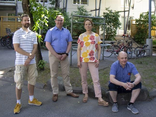 Vasa stads bostadsplanerare Johan Nylén, VOAS vd Marko Ylimäki, InnoLabs ledare Mari K Niemi och universitetslektor Ilkka Luoto är alla delaktiga i Vasa universitets undersökning om skadlig segregation i Vasa.