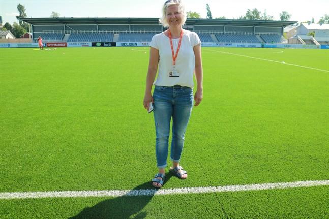 Grönare än någonsin tidigare. Stadens Centralplan har nu fått ett toppmodernt konstgräs som förlänger säsongen både på våren och hösten. Idrottsdirektör Lotta Nyqvist är nöjd med slutresultatet.