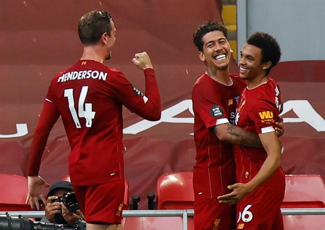 Liverpools Trent Alexander-Arnold firar ledningsmålet med Roberto Firmino och Jordan Henderson.