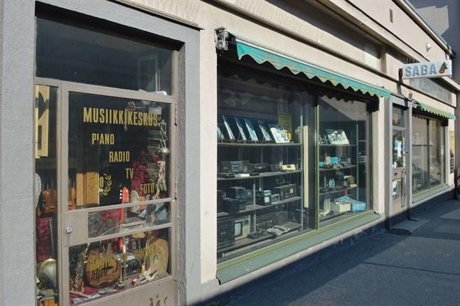 Här i Passagen har Musikcentralen verkat sedan 1926. På senare år på sparlåga, men ändå. Nu går affären ändå i graven.