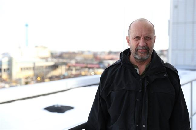 Kriminalöverkonstapel Kenneth Eriksson är Finlands mest erfarna polis i fall av människohandel och koppleri. Han har övervakat 160 fall och var med i Finlands första utredning gällande människohandel år 2006.
