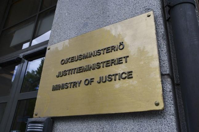 En arbetsgrupp tillsatt av Justitieministeriet ska ompröva lagstiftningen om frigivningen av livstidsfångar och särskilt farliga våldsbrottslingar.
