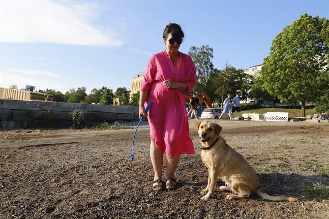 Efter många om och men fick Taina Riipinen hunden Aada att titta in i kameran. Duon besöker strandpromenaden flera gånger varje dag.