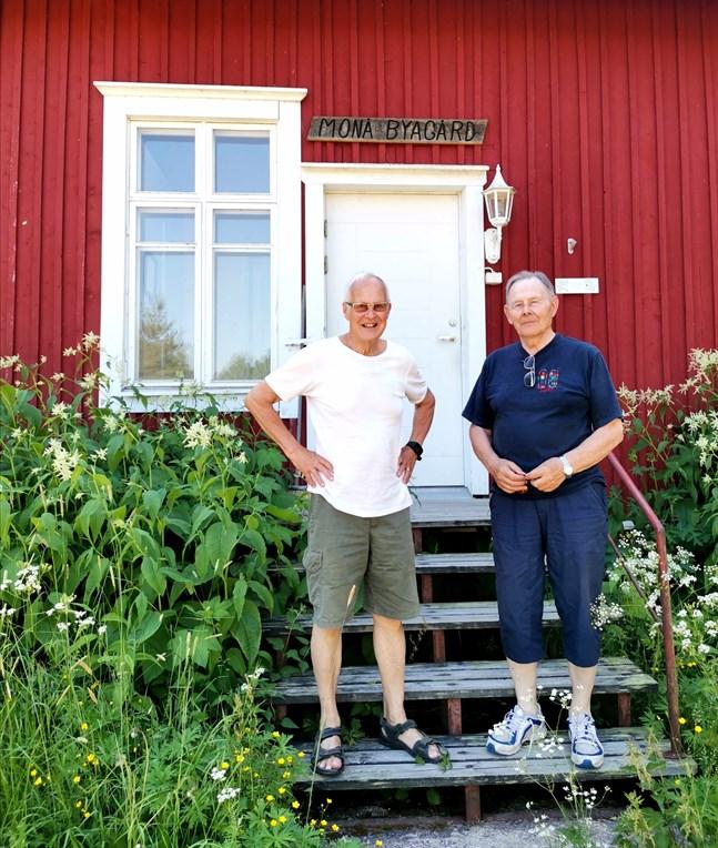 Jarl Dahlbacka och Helmer Celvin träffas med andra byaforskare varannan vecka för att lära sig om byarnas historia och diskutera tillsammans.