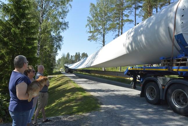 På torsdagen levererades tre vingdelar till vindkraftsparken i Kalax. Elvira Backman-Gutic, med hunden Beni, Christina Backman och Johnny Backman observerar händelsen i sin grind vid Råskogsvägen.