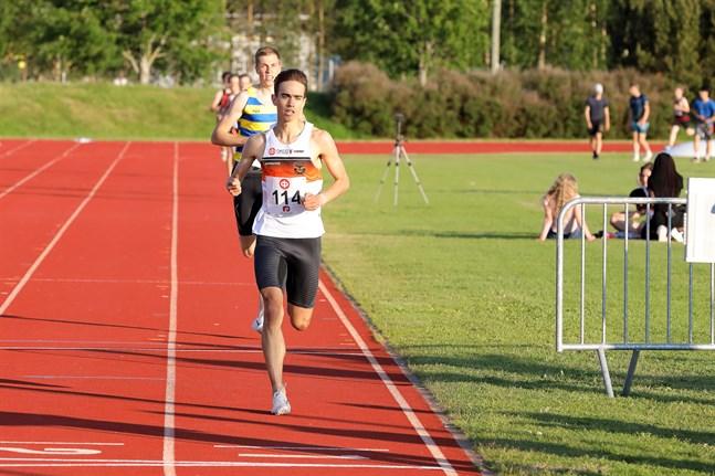 Robin Kronqvist i farten på 1.500 meter i Falkens distriktstävlingar i tisdags. Han var inte alls nöjd med sluttiden 4.00,47. Joni Virkkala, som skuggar honom, noterades för 4.01,09.