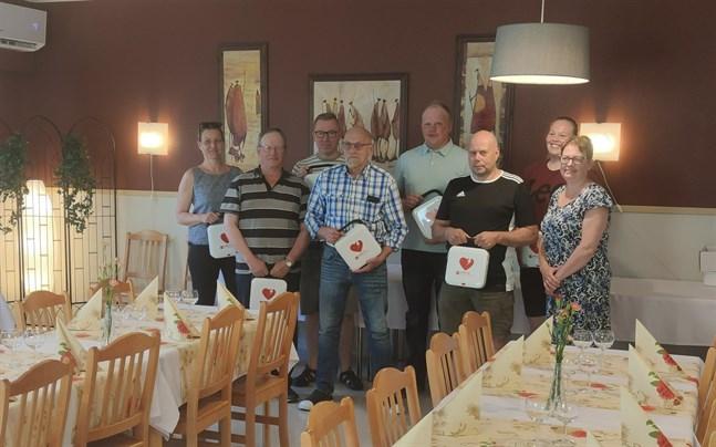 Ida-Maria Björkqvist, Mikael Löv, Ulf Hagman, Jim Östman, Johan Lasén, Mats Källman, Ida Lillqvist och Carin Hagström, ordförande för Röda Korset i Purmo, på Uffes Mat och Café.