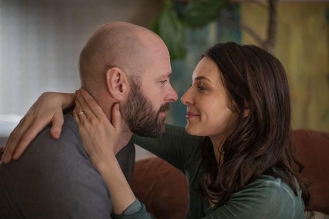 """Ulf Stenberg och Aliette Opheim i HBO-serien """"Björnstad"""". Pressbild."""