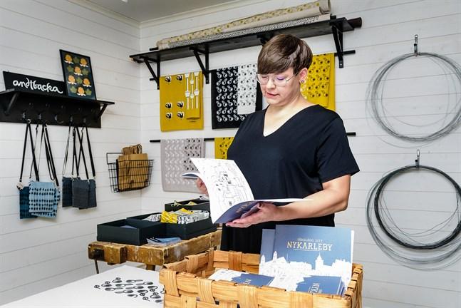 """Linda Andtbacka har gjort en målarbok med Nykarlebymotiv. """"Färglägg ditt Nykarleby"""" är ett bidrag till stadens jubileumsår."""