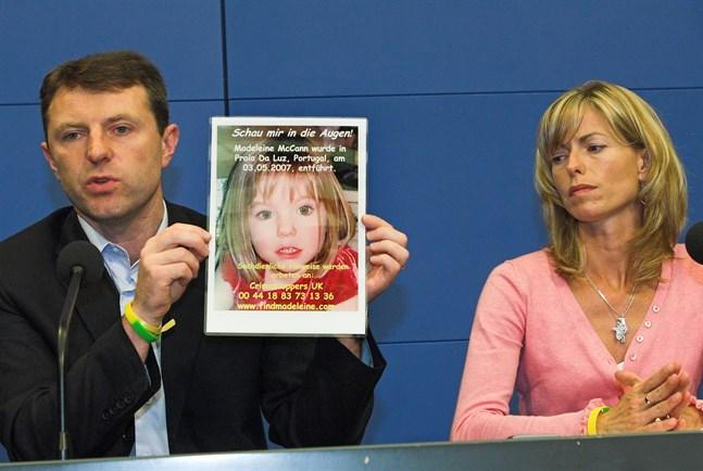 Föräldrarna Gerry och Kate McCann håller upp en bild på dottern Madeleine under en pressträff i Tyskland i juni 2007, där man vädjade om hjälp i sökandet från tyska turister. Arkivbild.