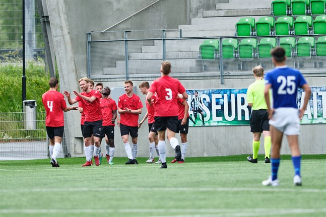 Vasa IFK:s Karzan Javanmiri står och ser på då Hercules avgjort matchen på stopptid.