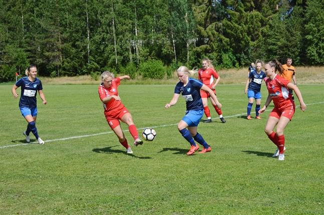 Det behövdes inte sällan två motståndare för att hålla koll på Ida Kuoppala (mitt i bild). Till vänster Johanna Strömsholm och i bakgrunden Hanna Emet–Snellman, som var säkerheten själv i botten på mittfältet.