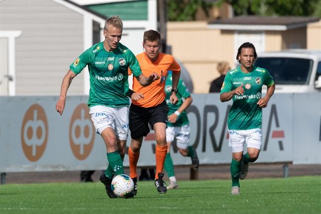 Simo Roiha, som gjorde 1–0 för KPV, driver med bollen. I bakgrunden Sebastian Mannström.