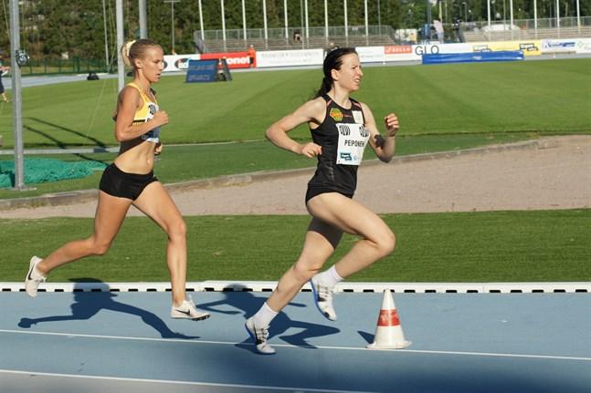 Camilla Richardsson följde Johanna Peiponen under den första halvan av 5000-metersloppet.