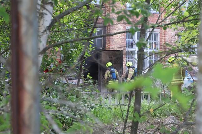 Brandkåren gick in genom en bakdörr. Klockan 8.15 syntes endast liten rökutveckling på utsidan av huset.