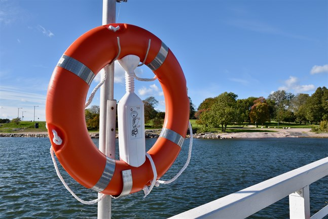 Tredje steget i den så kallade Hrap-regeln är att se till att få tag på ett hjälpredskap, exempelvis en livboj. Utan hjälpredskap är det mycket svårt att få upp en panikdrabbad person ur vattnet.