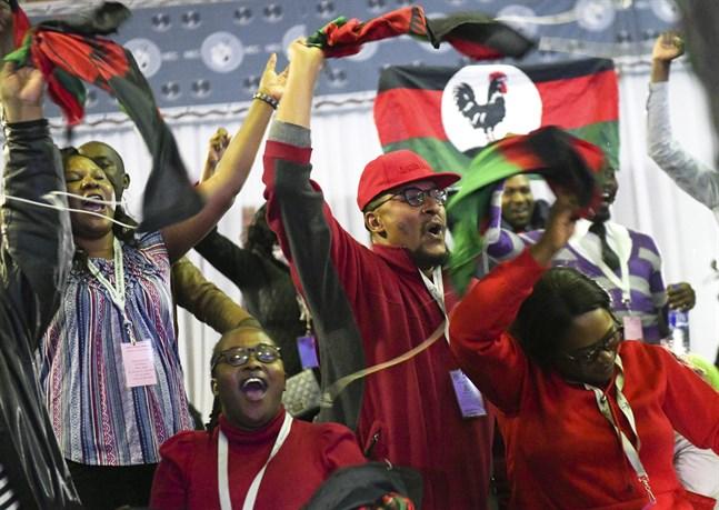 Anhängare firade segern med fyrverkerier utanför partiets högsäte i huvudstaden Lilongwe.