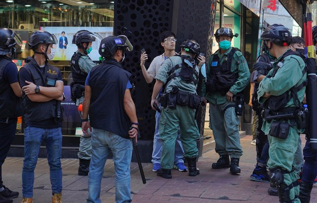 Polisen griper en man under demonstrationen i Hongkong.