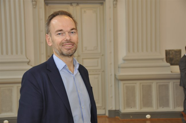 Markus Österlund, folktingssekreterare, säger till Svenska Yle att vissa myndigheter sköter översättningen till svenska bättre än andra. Arkivbild.