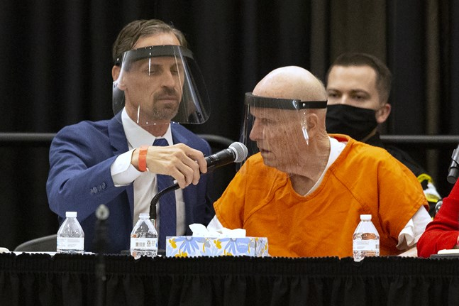 """Den misstänkte seriemördare Joseph James DeAngelo (till höger), ökänd som """"Golden State-mördaren"""" erkände mord i en domstol i Sakramento i den amerikanska delstaten Kalifornien."""