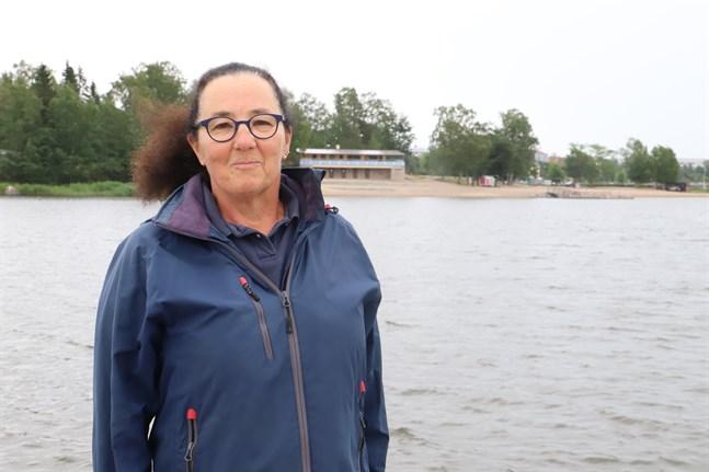 Ann Christine Sjöblom säger att det är livsfarligt att simma i farleden, man kan fastna i propellern på en båt eller slå huvudet i kölen eller rodret.
