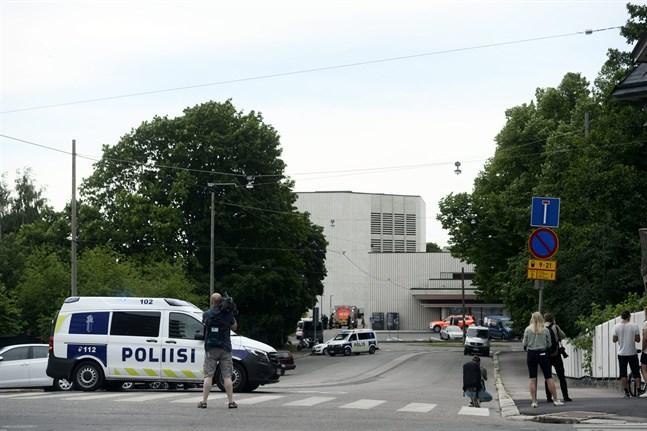En person har skadats i en explosion som inträffade vid Helsingfors stadsteater.