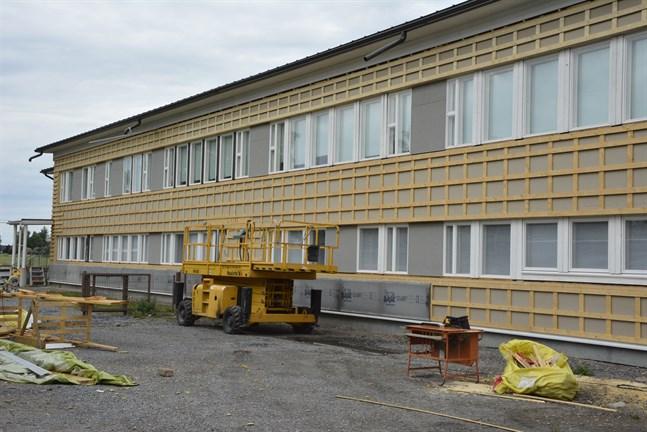 Södra väggen på Övermark skola var i sämst skick och här har arbetet framskridit som längst. Nu ska fasadskivorna upp och rapp utanpå.