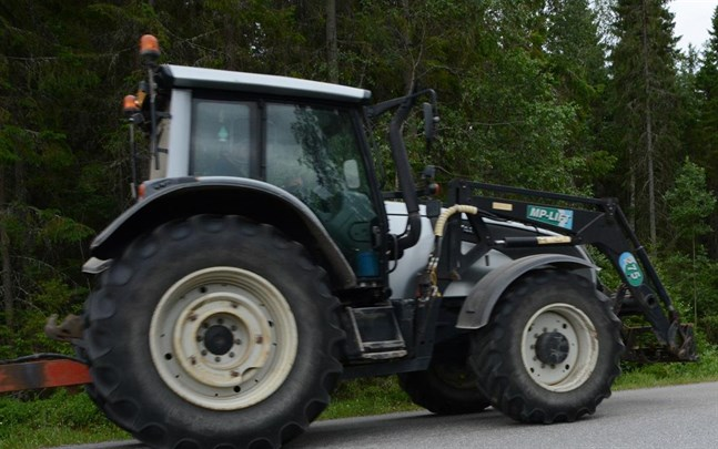 En traktorgrävare började brinna i Sundom på lördag eftermiddag. Traktorn på bilden har inget med olyckan att göra.