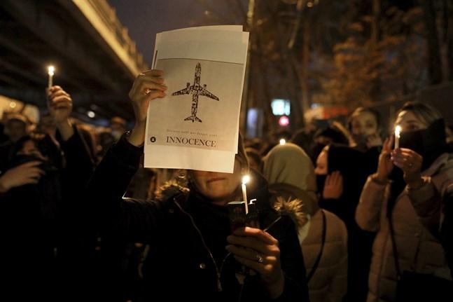 Sörjande i Teheran efter flygkraschen i januari. Arkivbild.