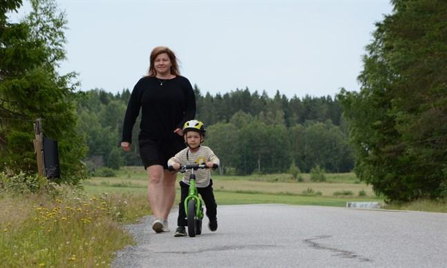 Just där bakom Lias Antfolk och Josefine Antfolk böjer sig Fagerövägen i en backe. Där är det också tänkt att den nya hastighetsbegränsningen 40 ska börja.