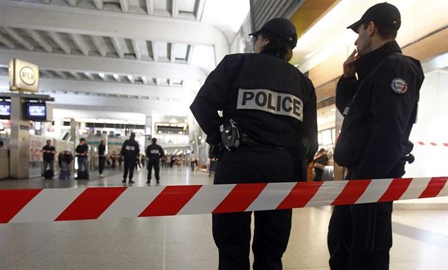 Poliser vid La Défense. Bilden är från ett annat tillfälle. Arkivbild.