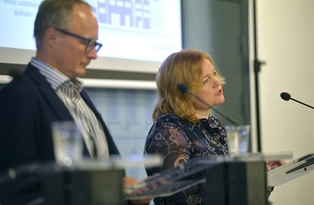 Kari Hakari, avdelningschef vid Social- och hälsovårdsministeriet, och Familje- och omsorgsminister Krista Kiuru (SDP) presenterade bidrag på 190 miljoner euro för utveckling inför vårdreformen.
